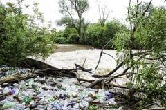Avfall i floden Fotografering för Bildbyråer