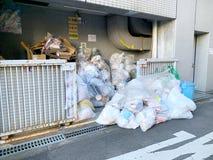 Avfall i gatorna av Osaka arkivfoto