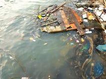 Avfall i sjön Arkivfoton