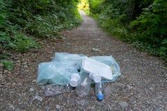 Avfall i skogen arkivfoton