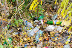 Avfall nästan floden Arkivfoto