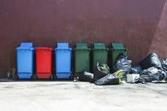 Avfall och avfallfacket flödar över arkivbilder