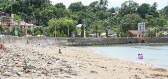 Avfall på stranden royaltyfri bild