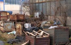 Avfall som förläggas i gamla rostiga metallspjällådor Royaltyfria Bilder