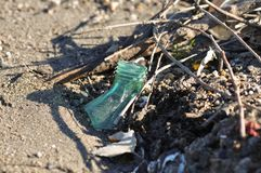 Avfallflaska på stranden royaltyfria foton