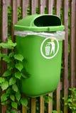 Avfallhink som hänger på trästaketet Royaltyfri Fotografi