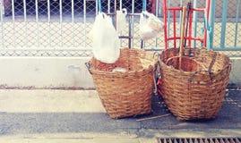 Avfallkorg utomhus med retro tappningstil Royaltyfria Bilder