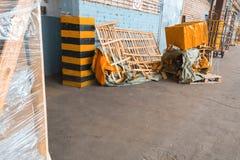 Avfallmateriel, askar, träbräden, behållare royaltyfria foton