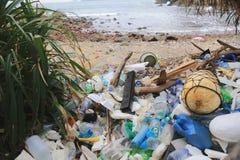 Avfalls ackumulerar på stranden arkivfoto
