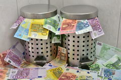 Avfalls av pengar Arkivbild
