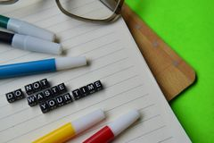 Avfalls för universitetslärare` t ditt tidmeddelande på utbildnings- och motivationbegrepp royaltyfria foton
