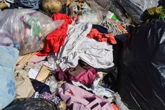 Avfalls från avskräde, som degraderas av naturligt, betyder arkivfoto