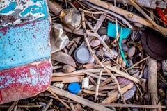 Avfalls från havet som ligger på stranden i Grekland arkivbild