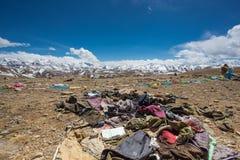 Avfalls och gammal kläder i himalayasna arkivfoto