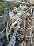 Avfalls på en strand Arkivbild