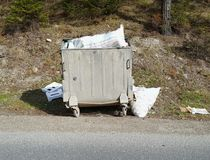 Avfallscontainrar på gatan arkivbilder