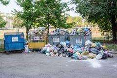 Avfallscontainrar som är fulla med avskräde Arkivbild