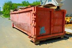 Avfallscontainrar som är fulla med avskräde Fotografering för Bildbyråer