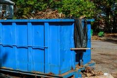 Avfallscontainrar som är fulla med avskräde i en stad Royaltyfri Foto