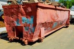Avfallscontainrar som är fulla med avskräde i en stad Arkivbild