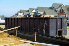 Avfallscontainrar som är fulla med avskräde i en stad Royaltyfria Foton