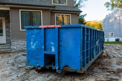 Avfallscontainrar som är fulla med avskräde i en stad Arkivfoto