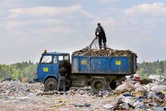 Avfalluppsamling på de dumpa slipade garbagesna arkivfoton