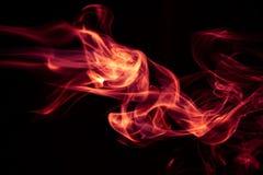 Avfyra den röda abstrakta rökdesignen på svart bakgrund Arkivbilder