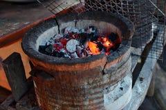 Avfyra den varma flamman på ugnkol för att laga mat Arkivfoto