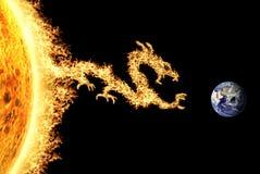 Avfyra draken från den Sun överskriften in mot jord Royaltyfri Bild