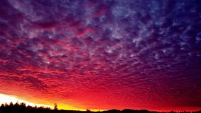 Avfyra i skyen royaltyfri fotografi