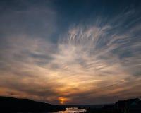 Avfyra i skyen Arkivbilder