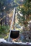 Kettle över campfire (kitteln) Arkivfoton