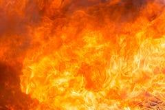 Avfyra och röka från möblemangbränning i brandkatastrof royaltyfri foto