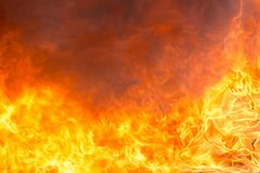 Avfyra och röka från möblemangbränning i brandkatastrof arkivbild