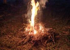 Avfyra på jordning med torrt sugrör som bränsle Royaltyfri Fotografi