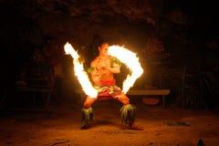 Avfyra showen i den berömda Hina grottan, suddig rörelse, den Oholei stranden, ton Arkivbilder