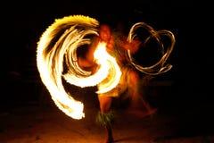 Avfyra showen i den berömda Hina grottan, suddig rörelse, den Oholei stranden, ton Royaltyfri Foto