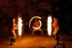 Avfyra showen i den berömda Hina grottan, suddig rörelse, den Oholei stranden, ton Arkivfoto
