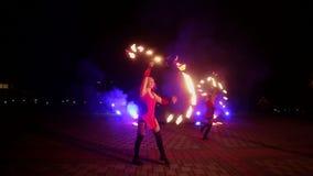 Avfyra showen med dansflickor i röda klänningar lager videofilmer
