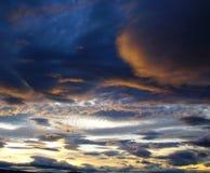 Avfyra solnedgången, skymning, aftonen som ser in mot björnberget Arkivbild