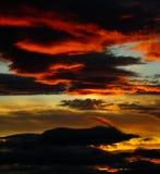 Avfyra solnedgången, skymning, aftonen som ser in mot björnberget Royaltyfri Bild