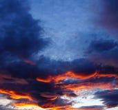Avfyra solnedgången, skymning, aftonen som ser in mot björnberget Royaltyfri Fotografi