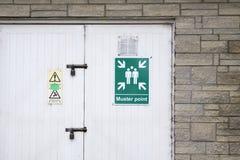 Avfyra tecknet för enhetspunkt på arbetsplatsparkeringshusväggen royaltyfria bilder