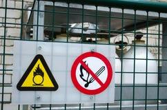 Avfyra varning undertecknar kompresssyre gasar cylindern Royaltyfri Fotografi