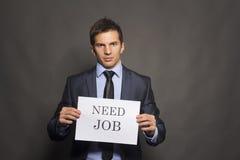 Avfyrad affärsman som söker för ett jobb Arkivfoton
