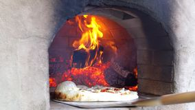 Avfyrad ugn för pizza stekhett trä stock video