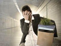 Avfyrade den bärande kartongen för den ledsna deprimerade affärskvinnan från jobb royaltyfri foto
