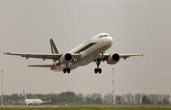 Avgå flygplan för Alitalia flygbuss A320-216 Fotografering för Bildbyråer