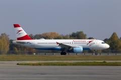 Avgå flygplan för flygbuss A320-200 för OE-LBM Austrian Airlines från Borispol den internationella flygplatsen royaltyfri fotografi